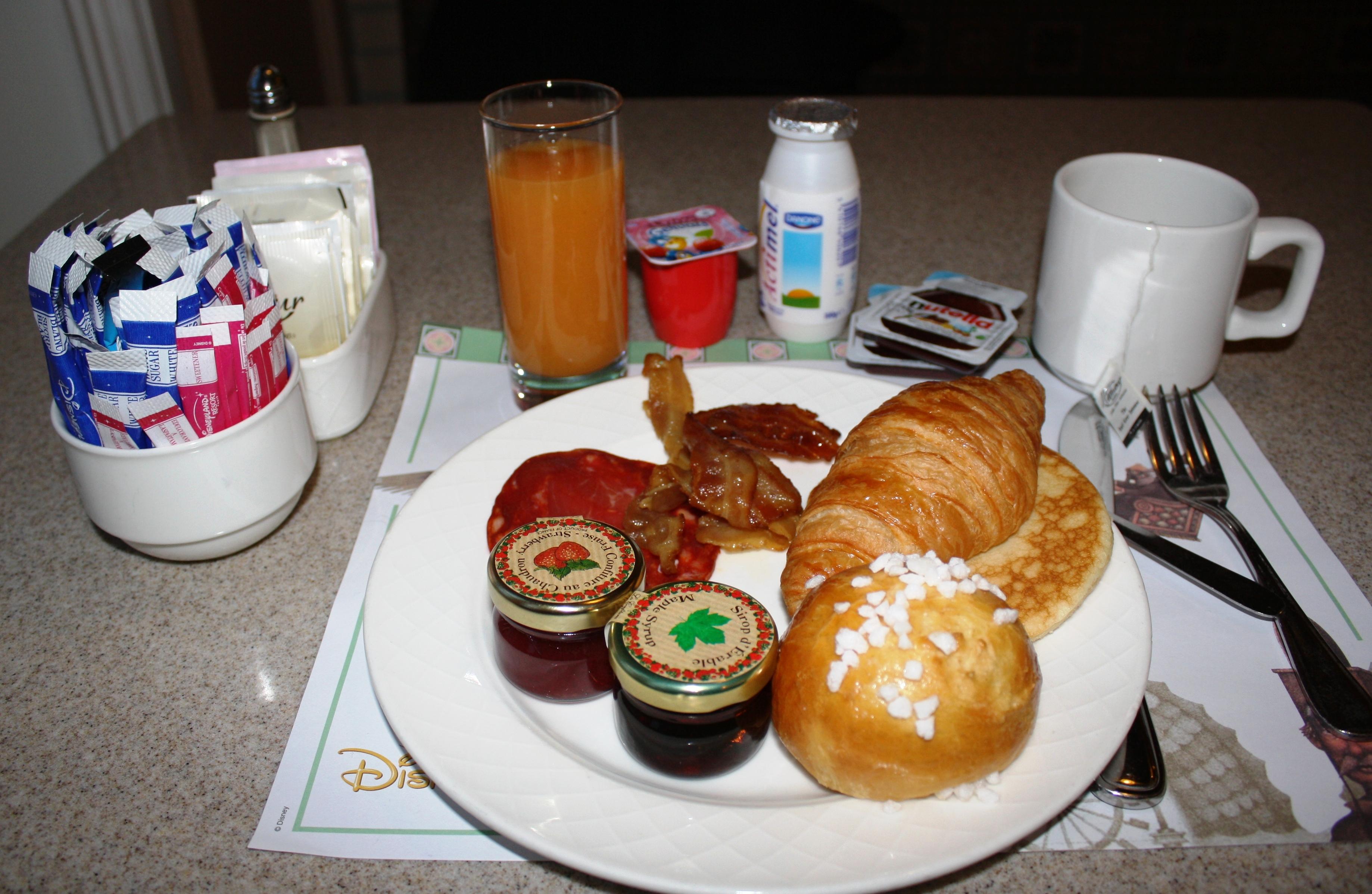 Petit d jeuner au disneyland hotel disneyland paris for Petit dejeuner en amoureux maison