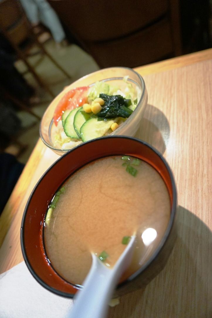 l'Okonomiyaki, une omelette de légumes, spécialité d'Osaka (région du Japon).